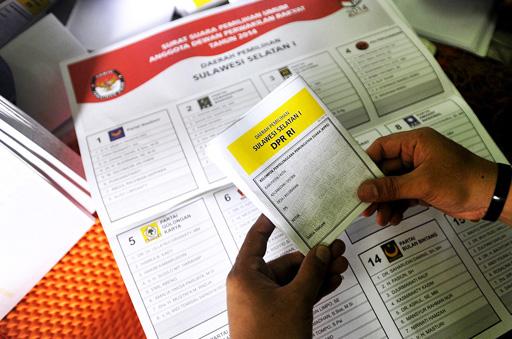 Pekerja melipat kertas suara Pemilu Legislatif di Makassar, Sulsel, Senin (3/3)